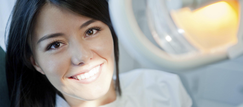 Ein natürlich wirkender Zahnersatz, der schnell, sofort im Budapester Zahnarztpraxis ArtDent ausgeführt wird.