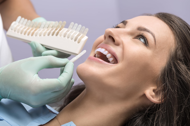 An der Zahnklinik ArdDent leistet der Zahnarzt und die Zahnarztassistentin die Klinikzahnaufhellung. Durch die Zahnaufhellung kann garantiert eine Differenz von gar mehreren Tonstufen erwirkt werden, ohne Schädigung der Zähne.