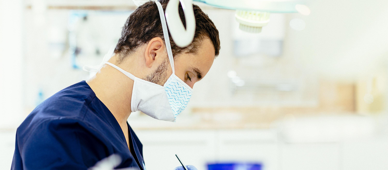 Artdent fogászat rendelőjében a szájsebész fogeltávolítást végez egy páciensen.