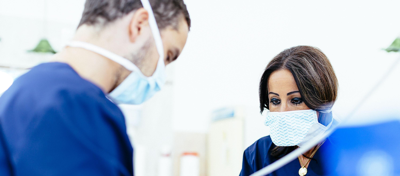 Der Zahnarzt bei der Wurzelbehandlung m Budapester Zahnarztsprechzimmer. Bei Einhaltung der Anweisungen nach der Wurzelbehandlung kann der Schmerz vorgebogen werden.